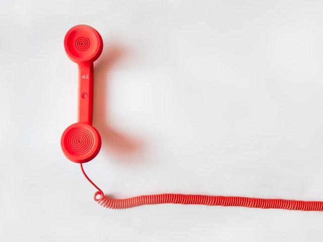 En röd telefon